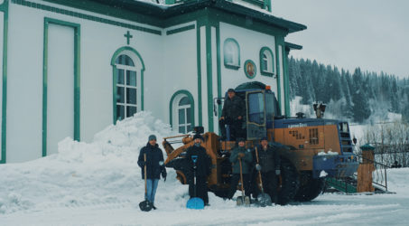 Уборка снега на прихрамовой территории.
